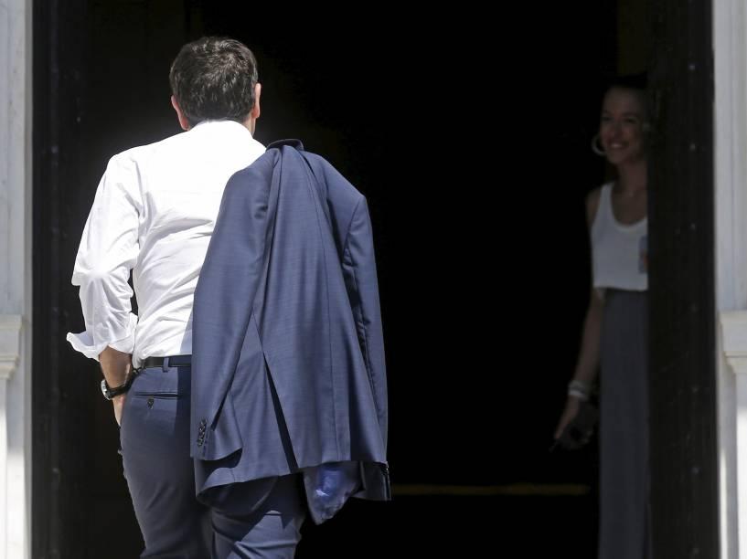 O primeiro-ministro grego Alexis Tsipras chega em seu escritório em Atenas, Grécia. Líderes da zona do euro concordaram em um novo acordo financeiro para ajudar a Grécia, mas Atenas deve realizar reformas antes de começar a falar sobre o pacote