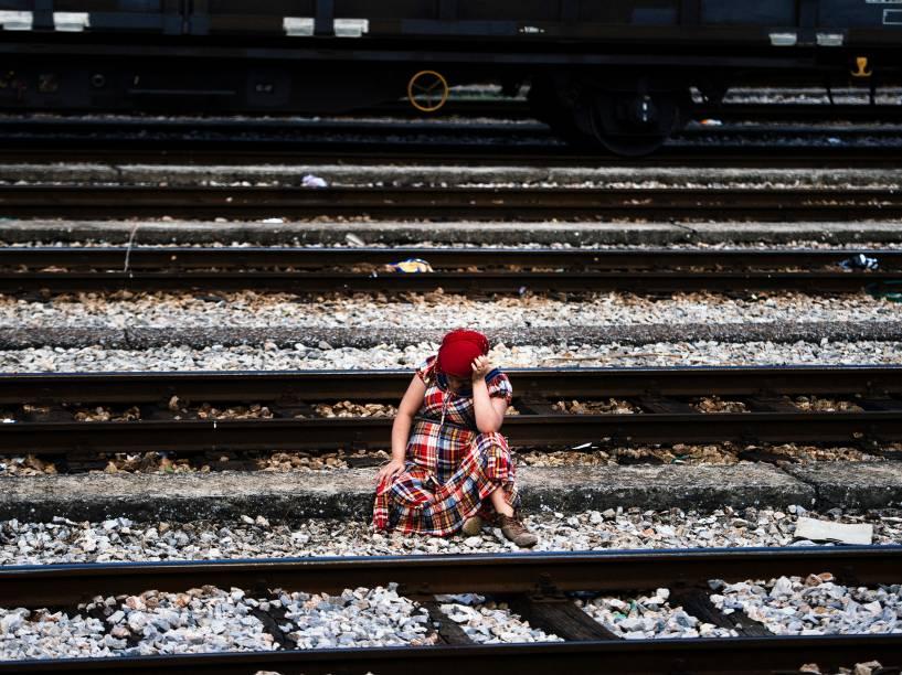 Síria grávida descansa nos trilhos de uma ferrovia na cidade de Gevgelija, na fronteira da Macedônia com a Grécia, antes de tentar embarcar em um trem para a Sérvia - 28/07/2015