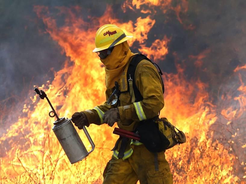 """Bombeiro se afasta das chamas durante operação para apagar a sequência de incêndios apelidada de """"Rocky Fire"""", próximo a Clearlake, Califórnia. Cerca de 3,000 bombeiros enfrentam as chamas que já forçaram a evacuação de 12,000 residentes - 03/08/2015"""