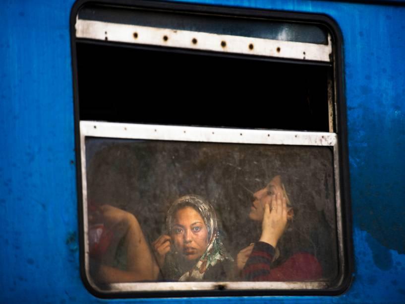 Imigrante olha pela janela de um trem na estação de Gevgelija, fronteira com a Macedônia - 05/08/2015