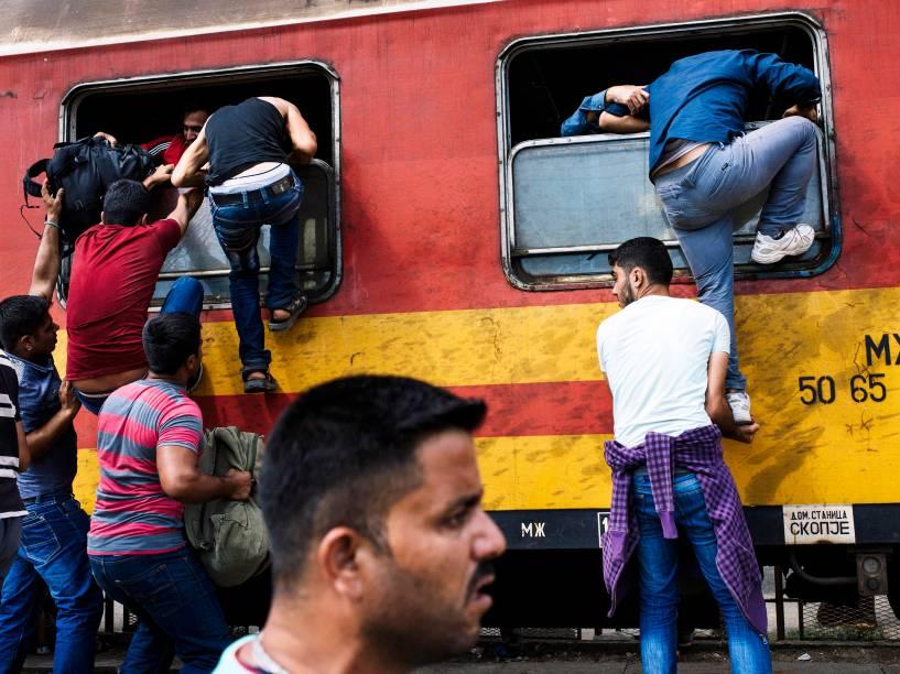 Na fronteira da Macedônia com a Grécia, imigrantes tentam embarcar em um trem a caminho da Sérvia - 07/08/2015