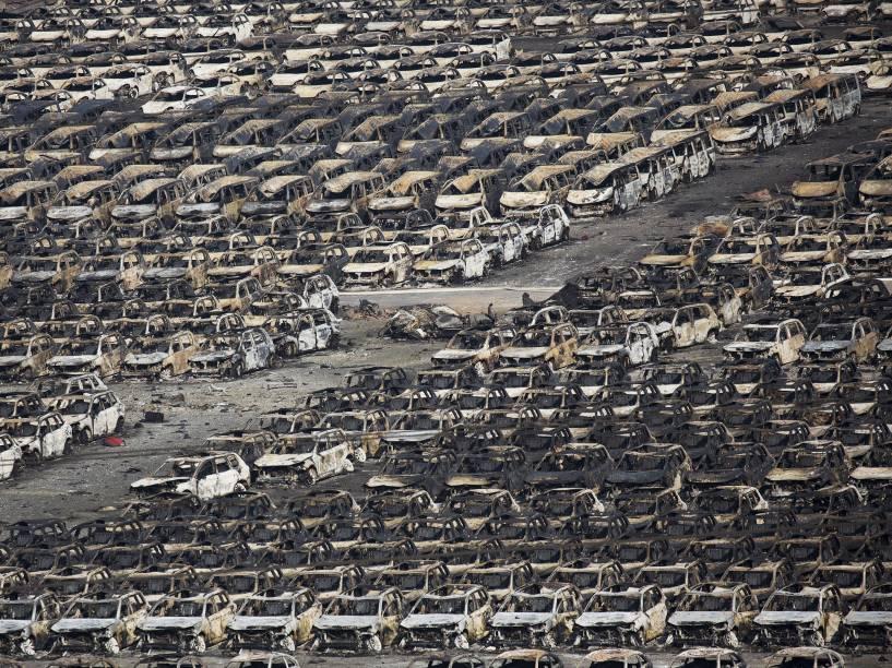 Carcaças de carros destruídos pelo fogo são vistas após explosão que deixou dezenas de mortos na cidade portuária de Tianjin, na China - 13/08/2015