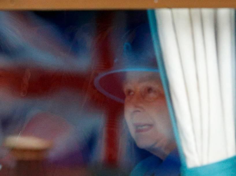 A Rainha Elizabeth II senta a bordo de um trem na estação de Waverley, em Edimburgo. A rainha chegou ao trono aos 25 anos e hoje se torna a monarca de reinado mais longo no trono britânico - 09/09/2015