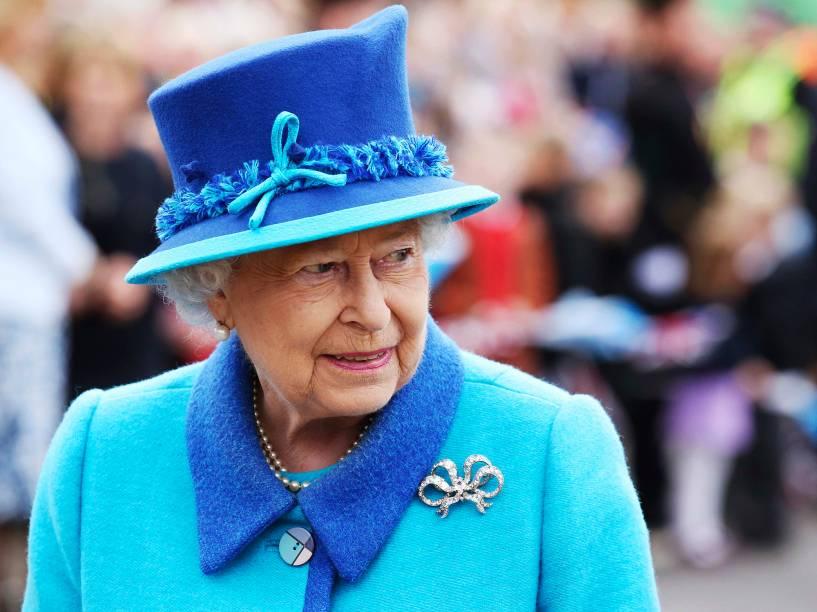 A Rainha Elizabeth II na estação Waverley, em Edimburgo. A rainha chegou ao trono aos 25 anos e hoje se torna a monarca de reinado mais longo no trono britânico - 09/09/2015