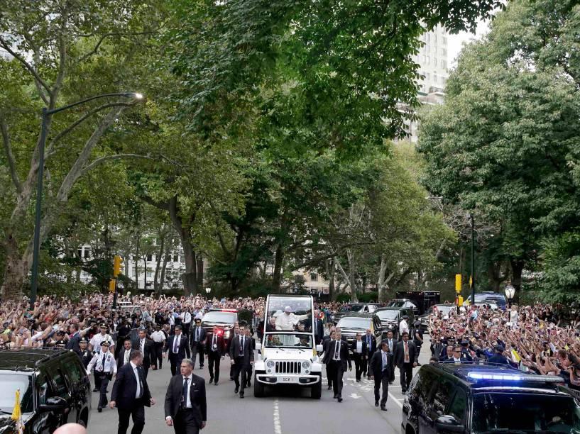 Papa Francisco atravessa o Central Park em Nova York durante o terceiro dia da visita do líder da Igreja Católica aos Estados Unidos - 25/09/2015