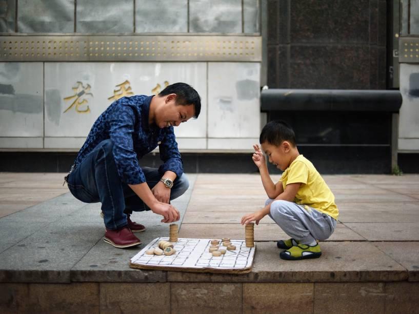 China: 55 anos (mulheres) e 60 anos (homens)