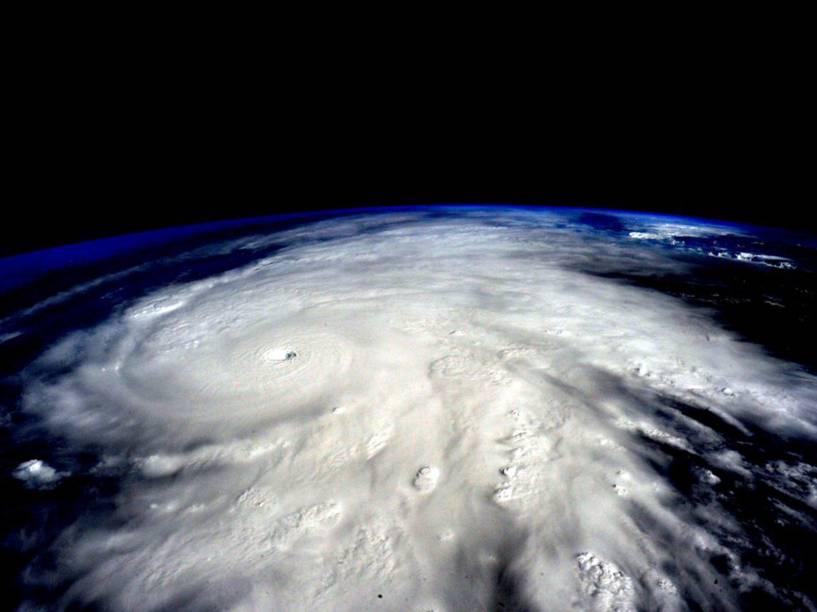 Imagem obtida na Estação Espacial Internacional mostra a aproximação do furacão Patricia no Oceano Pacífico em direção ao México