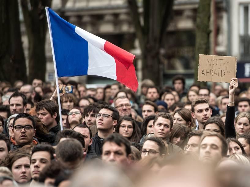 Pessoas prestam minuto de silêncio em homenagem às vítimas dos atentaddos terroristas de Paris, na cidade de Lille, no norte da França