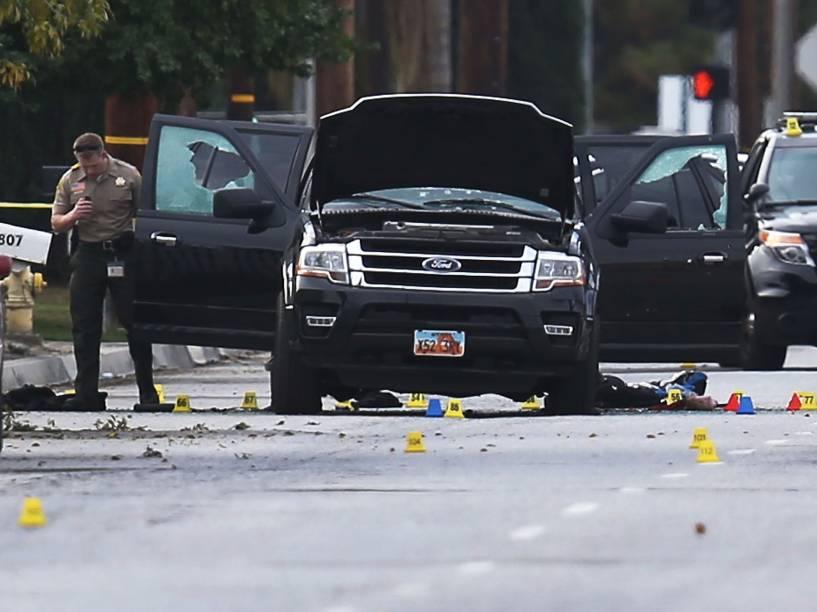Policiais investigam um veículo ocupado pelos suspeitos do tiroteio no Centro Regional Inland que deixou 14 mortos em San Bernardino, na Califórnia (EUA) - 03/12/2015