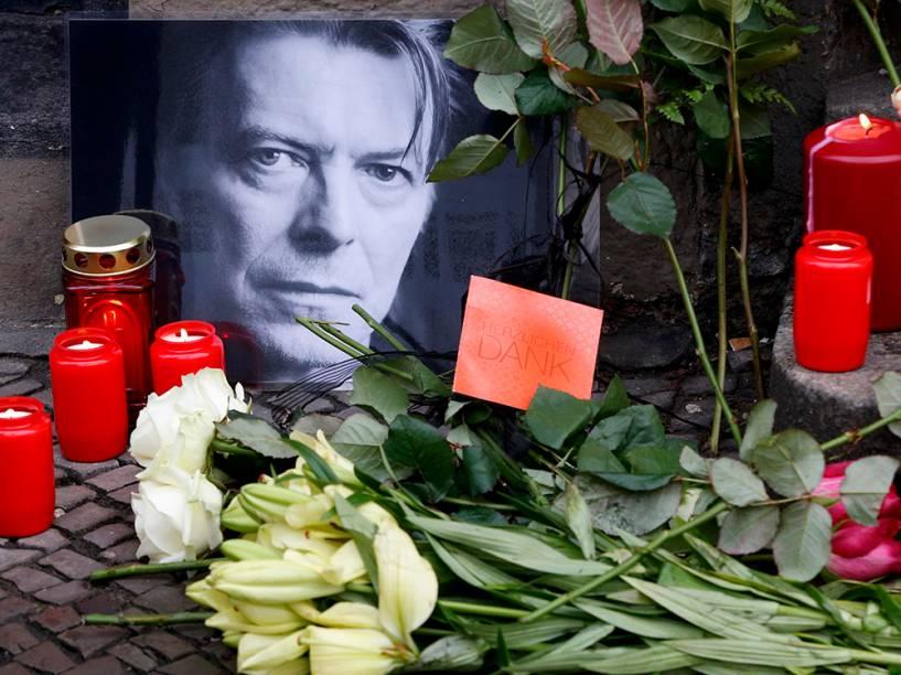 Flores são deixadas na porta do apartamento do cantor David Bowie