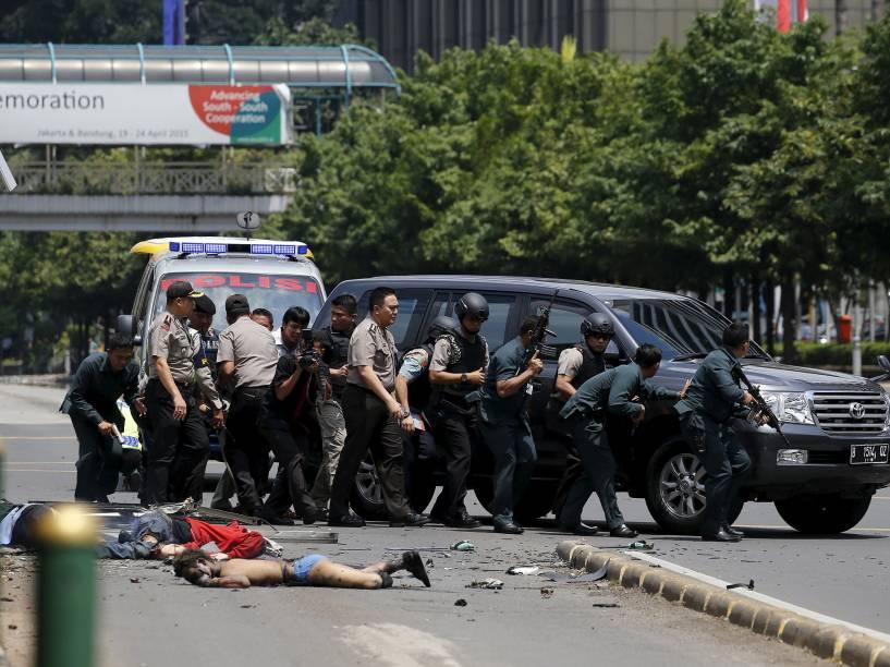 Pelo menos sete pessoas morreram, entre elas cinco agressores e dois civis, após um ataque com explosivos que foi seguido por um tiroteio nesta quinta-feira (14) no centro de Jacarta, a capital da Indonésia. A polícia detalhou que o ataque foi cometido por um grupo de dez a catorze homens armados e que dois deles teriam se explodido