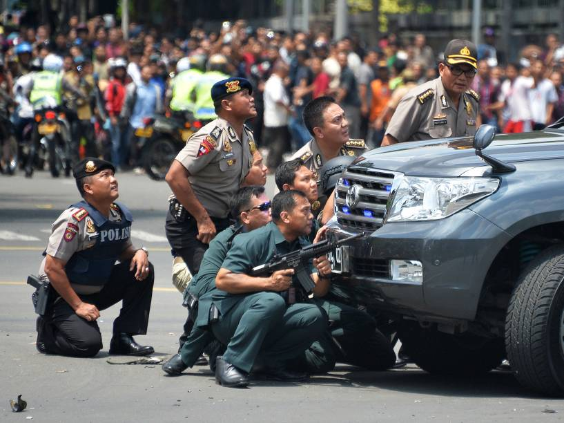 Policiais trocam tiros com terroristas que atacaram o centro de Jacarta, na Indonésia
