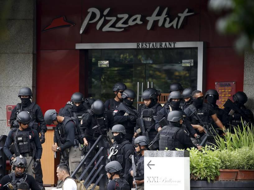 Polícia cerca restaurante invadido por terroristas perto do local de um ataque no centro de Jacarta, na capital da Indonésia