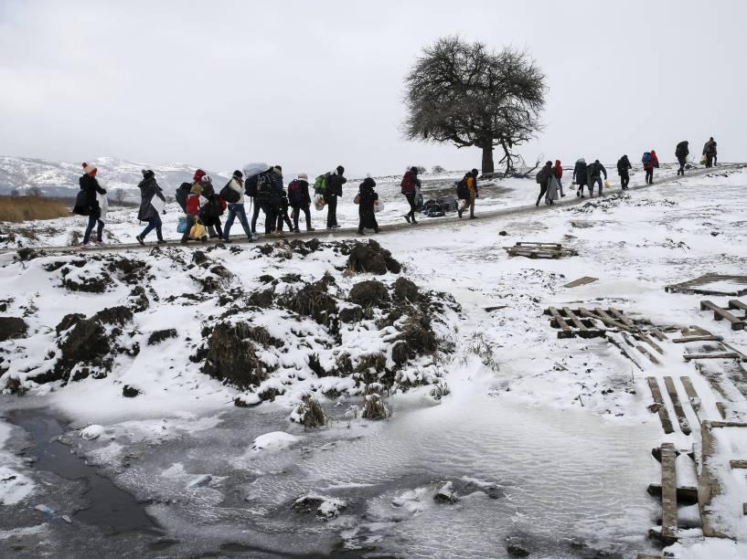 Refugiados atravessam um campo congelado depois de cruzar a fronteira da Macedônia, perto da aldeia de Miratovac, na Sérvia - 18/01/2016