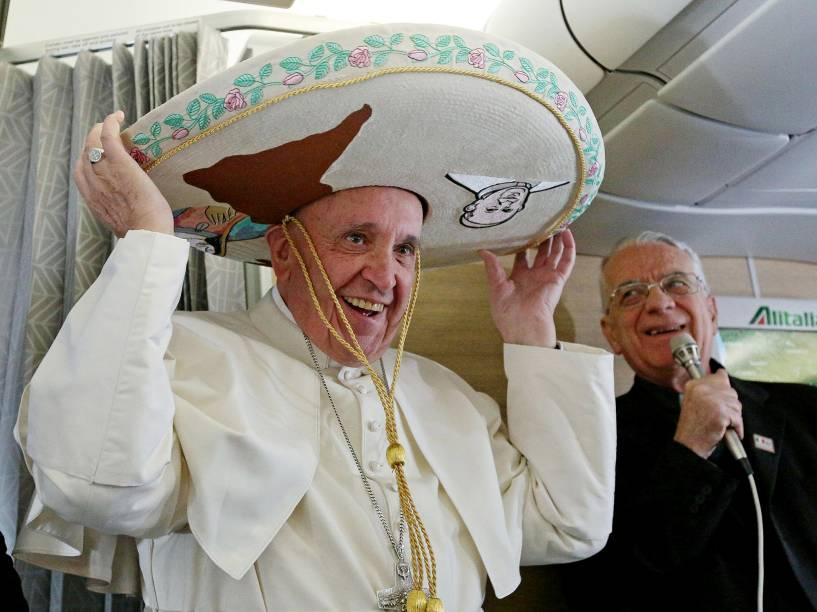 Papa Francisco se prepara para embarcar rumo a Cuba - onde terá um encontro histórico com o patriarca russo Kirill -, no aeroporto de Fiumicino, em Roma. Será a primeira reunião entre os máximos líderes das igrejas católica e ortodoxa em quase mil anos de cisão. De Cuba, Francisco viaja para o México