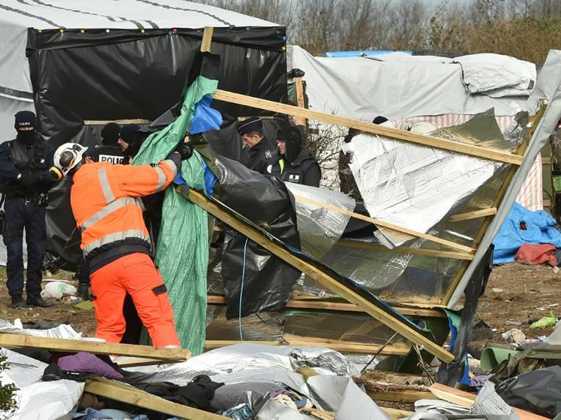 Agentes desmontam um acampamento de refugiados em Calais, norte da França. Um tribunal francês autorizou a retirada de centenas de imigrantes da cidade portuária, que tentam entrar no Reino Unido, através do canal da Mancha