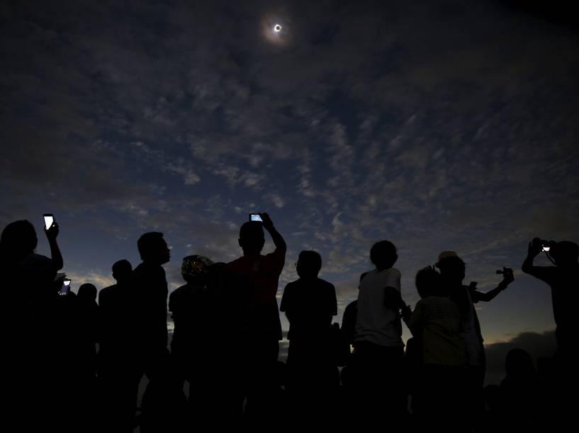<p>Um eclipse solar total é visto a partir da cidade de Ternate, na Indonésia, nesta quarta-feira (09)</p>