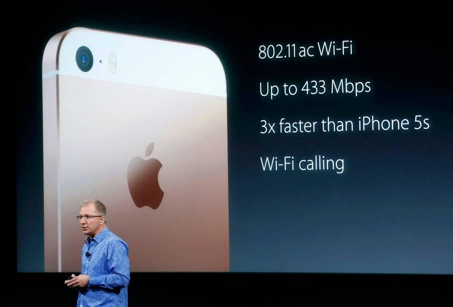 As especificações são robustas e praticamente as mesmas do iPhone 6S. O SE vem com o último processador, o A9, e as câmeras também são potentes: traseira de 12MP, capaz de fazer filmagens em resolução 4K, e a frontal de 5MP.