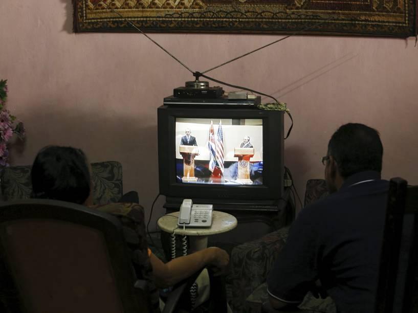 Casal assiste à conferência em que o Presidente dos Estados Unidos Barack Obama e o cubano Raul Castro discursaram, em Havana, na tarde da última segunda-feira (21)