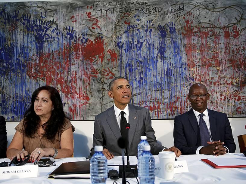 Obama faz discurso junto aos dissidentes cubanos Miriam Celaya e Manuel Cuesta, nesta tarde de terça-feira (22)