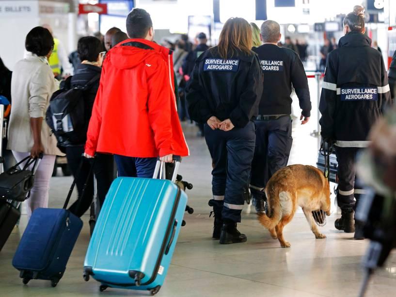 Membros da segurança do aeroporto e soldados franceses patrulham o interior do aeroporto Internacional Charles de Gaulle, em Roissy, perto de Paris, após os atentados de Bruxelas, na Bélgica<br>