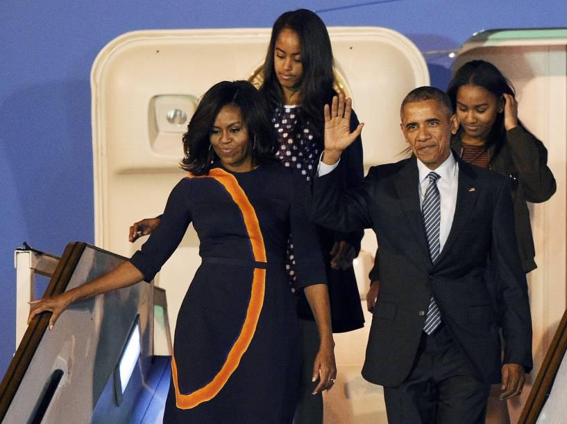 O presidente americano Back Obama, acompanhado da mulher Michelle e das filhas Sasha e Malia, desembarcaram na madrugada desta quarta-feira (23) no aeroporto de Ezeiza, em Buenos Aires