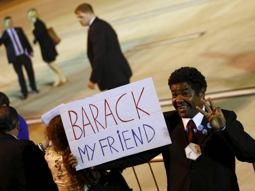 Simpatizantes do presidente americano Back Obama aguardavam sua chegada na madrugada desta quarta-feira (23) no aeroporto de Ezeiza, em Buenos Aires