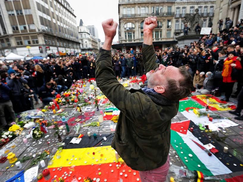 Um homem se emociona em um memorial às vítimas dos ataques em Bruxelas, na Bélgica