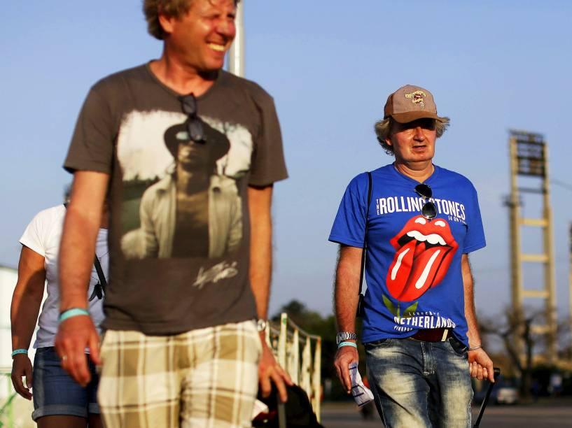 Fã se dirige ao local onde a banda The Rolling Stones, irá realizar show histórico na capital de Cuba, Havana, nesta sexta-feira (25). São esperadas mais de 400 mil pessoas para a apresentação gratuita dos britânicos