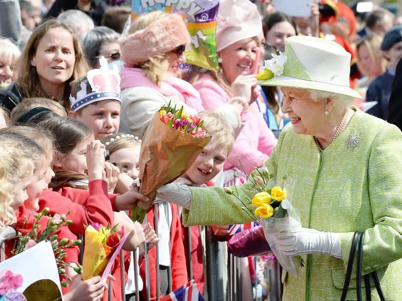A rainha Elizabeth II recebe cumprimentos dos súditos durante caminhada em celebração ao seu aniversário de 90 anos em Windsor, a oeste de Londres - 21/04/2016