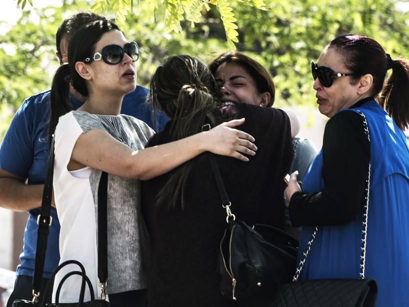 Familiares de passageiros que estavam a bordo do voo MS804 da EgyptAir choram na chegada ao local de atendimento da companhia aérea no Aeroporto Internacional do Cairo, no Egito - 19/05/2016