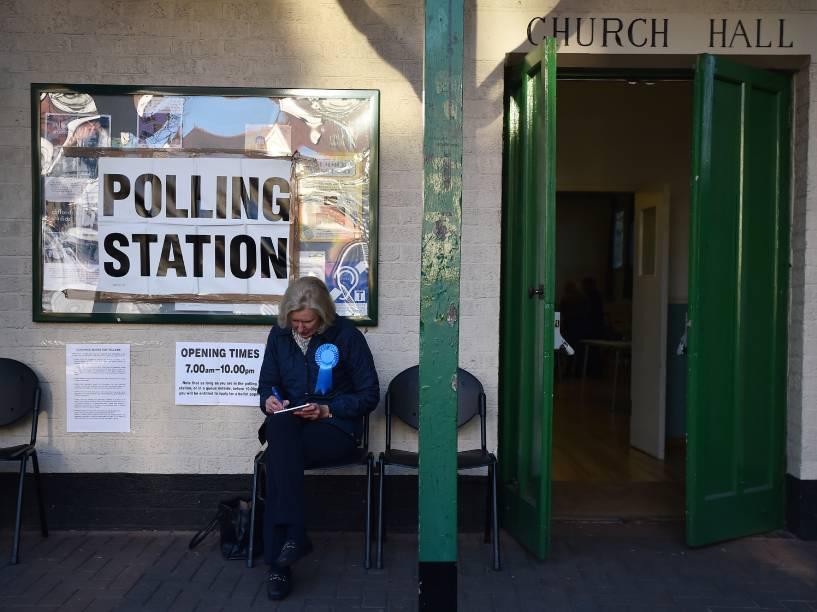 Representante do Partido Conservador da Grã-Bretanha fica do lado de fora de uma assembleia de votos em Barnes, sudoeste de Londres. Eleitores da capital inglesa vão às urnas para eleger seu prefeito - 05/04/2016