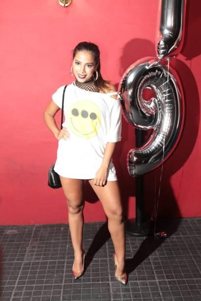 Anitta comparece ao aniversário de Rafaella Santos, irmã de Neymar, com look ousado