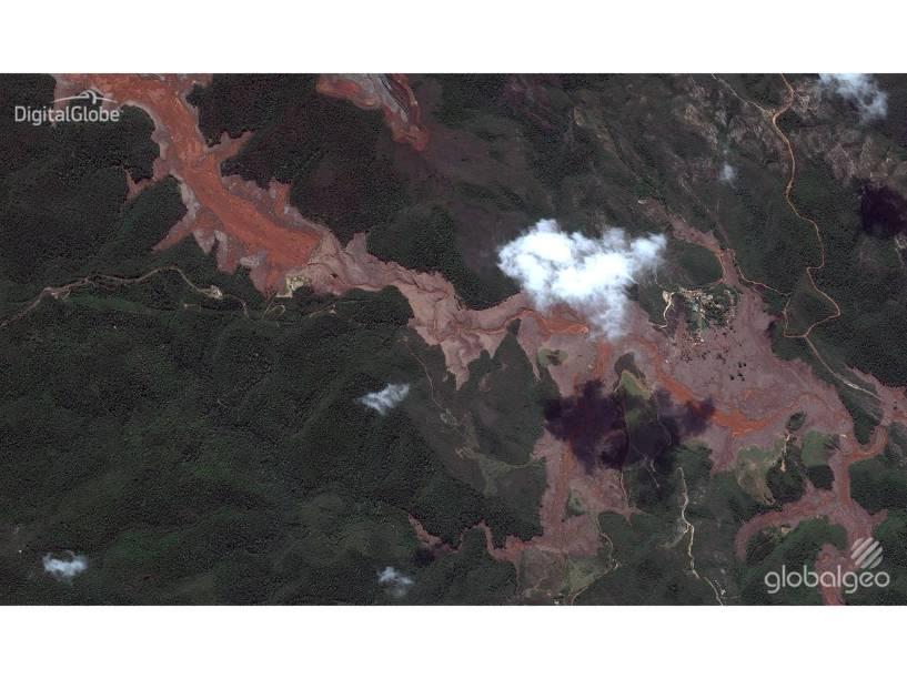 Imagens de satélite mostram a região do distrito de Bento Rodrigues, em Mariana (MG), antes e depois da destruição provocada pelo rompimento de duas barragens da mineradora Samarco
