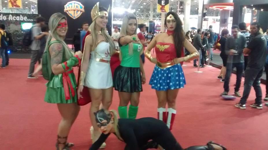 As amigas Karina, Pamela, Fernanda, Alessandra e Natasha (no chão como Mulher Gato)