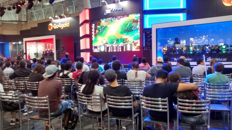 Arena Go4gold, onde os atletas virtuais dos games League of Legends, CrossFire e SMITE - A Arena dos Deuses realizam duelos em equipes com direito a plateia e narração