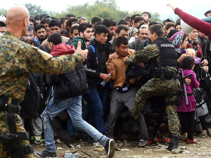 Refugiados tentam entrar em um acampamento na cidade de Gevgelija, na Macedônia, próxima a fronteira com a Grécia, nesta segunda-feira (19)