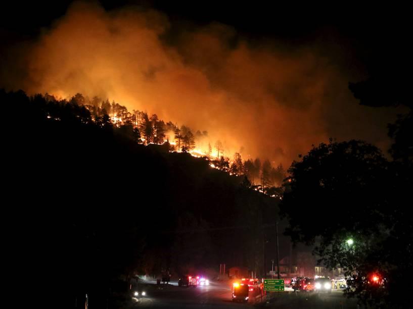 """Incêndio que ficou conhecido como """"Rocky Fire"""", em Clearlake, Califórnia. Cerca de 3.000 bombeiros enfrentam o incêndio que já queimou cerca de 60.000 acres e forçou a evacuação de 12.000 residentes"""