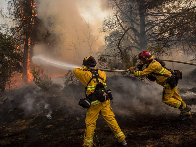 """Bombeiros tentam controlar as chamas do incêndio que ficou conhecido como """"Rocky Fire"""", em Clearlake, Califórnia"""