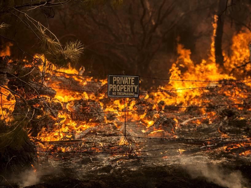 """Chamas do incêndio que ficou conhecido como """"Rocky Fire"""", em Clearlake, Califórnia"""