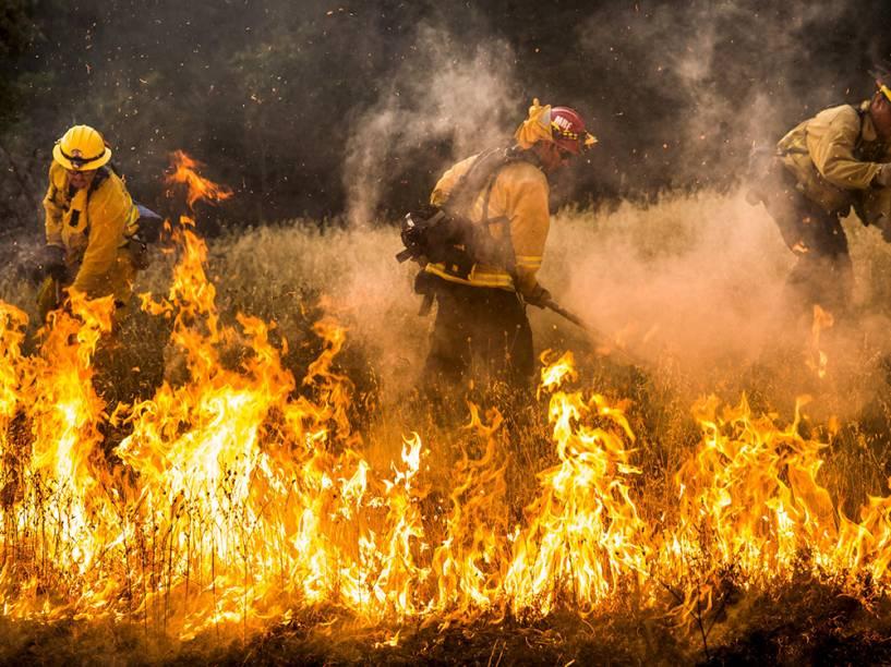 """Bombeiros tentam controlar as chamas do incêndio que ficou conhecido como """"Rocky Fire"""", em Clearlake, Califórnia. Cerca de 3.000 bombeiros enfrentam o incêndio que já queimou cerca de 60.000 acres e forçou a evacuação de 12.000 residentes"""