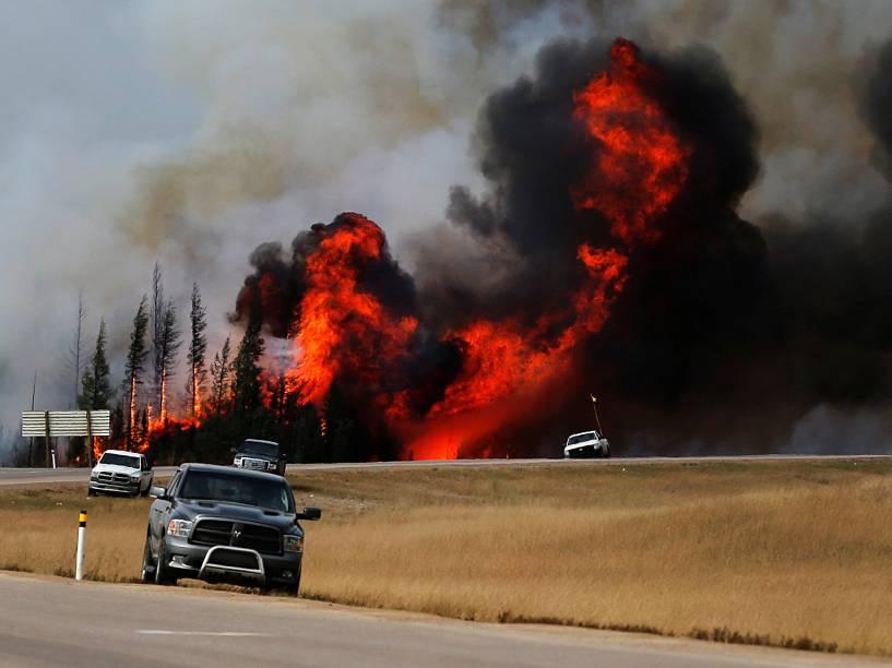 Incêndio florestal evacua cidade inteira de Fort McMurray no Canadá - 07/05/2016