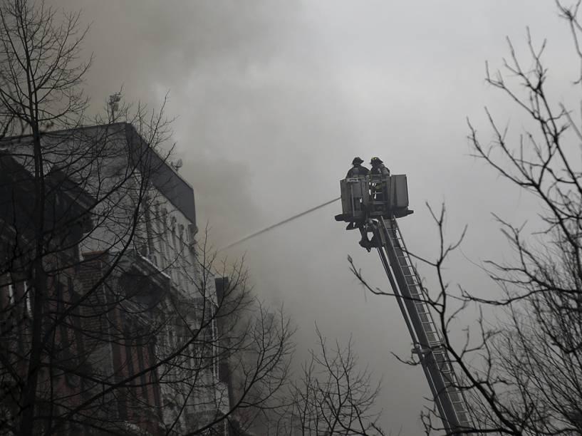 Bombeiros trabalham para combater incêndio em prédio no East Village, no distrito de Manhattan, em Nova York