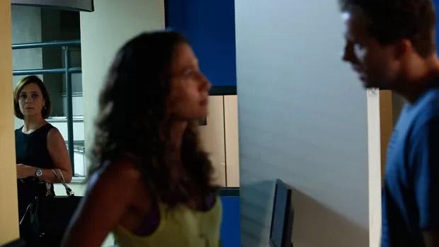 Inês (Adriana Esteves, à esquerda) vai obcecar por Vinícius (Thiago Fragoso), namorado da mocinha chata Regina (Camila Pitanga)