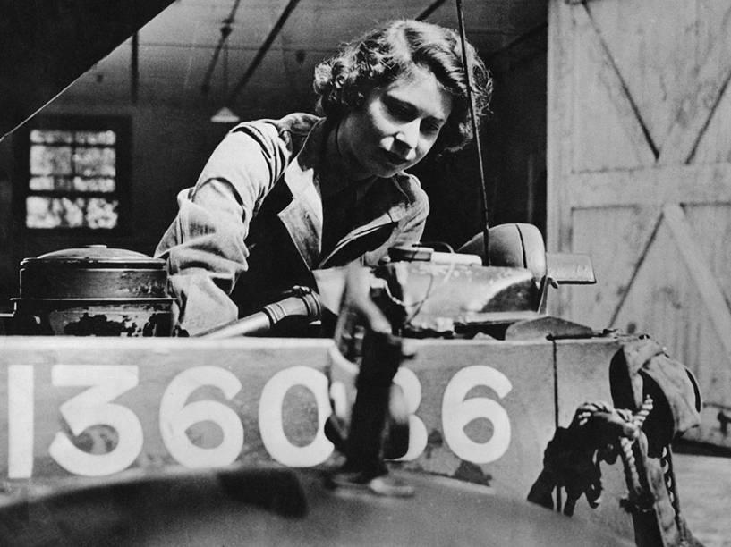 Princesa Elizabeth repara um aquecedor mecânico durante serviço militar prestado na Segunda Guerra Mundial