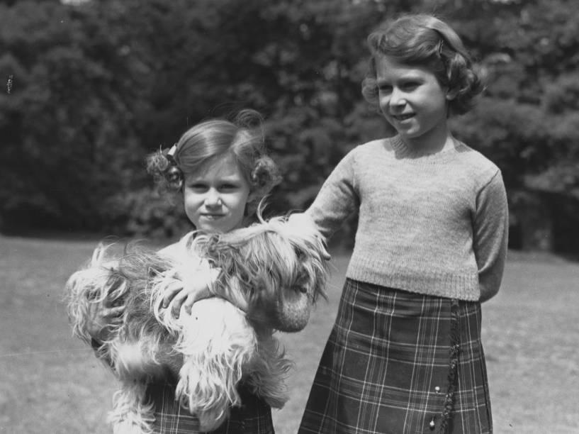 Princesa Elizabeth (à dir.), aos 10 anos de idade e sua irmã mais nova, Princesa Margareth, em 1936