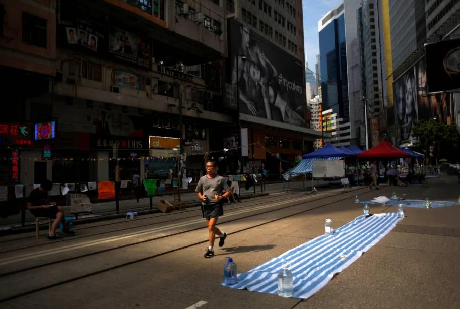 Na imagem, um homem é fotografado nas ruas bloqueadas por manifestantes pró-democracia, na área comercial de Causeway Bay, em Hong Kong. Além de mudanças políticas, o protesto exige ainda que o governante, Leung Chun-ying, renuncie a liderença - 09/10/2014