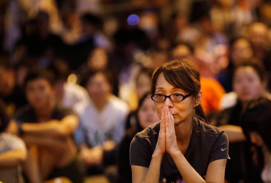 Manifestante pró-democracia reage durante um discurso em que o governo cancelou negociações marcadas para a próxima sexta-feira (10), em Hong Kong - 9/10/2014. Milhares de estudantes saíram as ruas em protesto para exigir eleições livres, mudanças democráticas e a renúncia do líder Leung Chun-ying