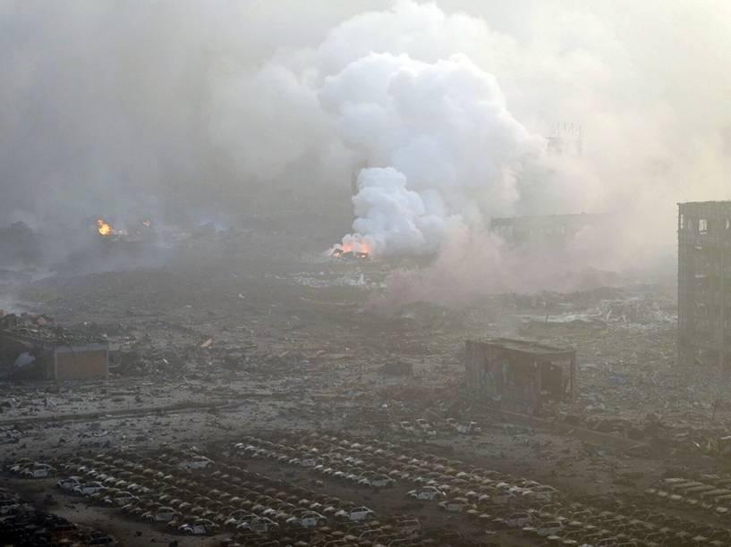 Carcaças de carros destruídos após explosão que deixou dezenas de mortos na cidade portuária de Tianjin, na China - 13/08/2015