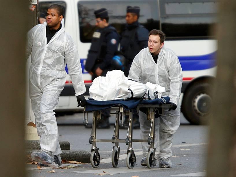 Corpos são retirados dos locais dos atentados em Paris
